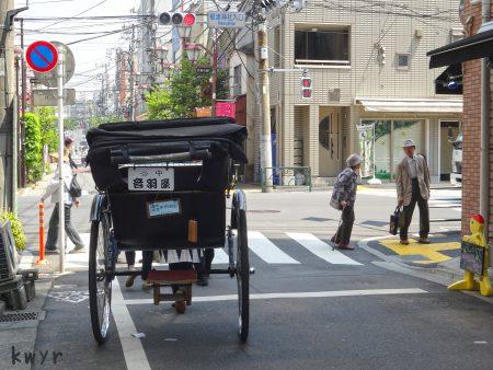 根津の街を走る人力車(2015-04-27)