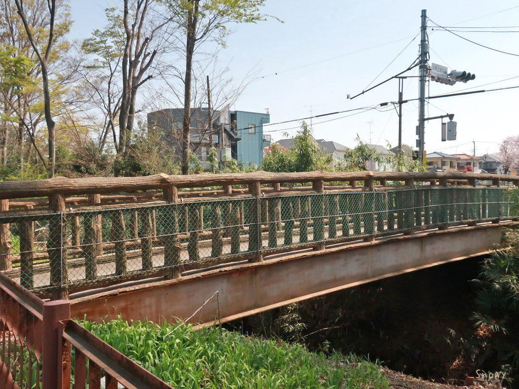 山野通りから見た山野橋と小平上水中北交差点の信号