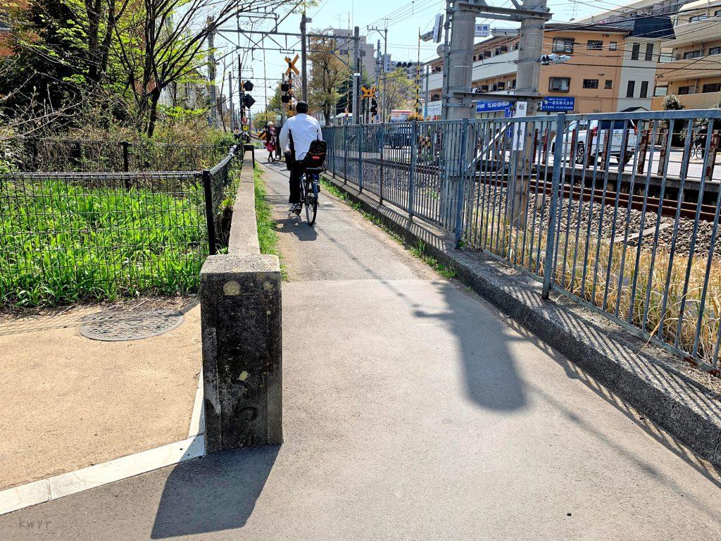 桜橋の古い親柱と多摩湖線線路